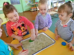 Кинетический песок – сказочный материал для игры с ребенком.
